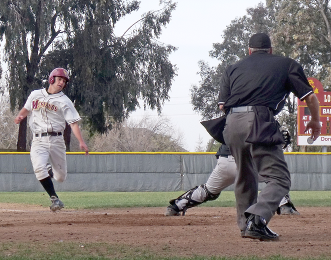 Baseball+rallies+four+runs+in+dramatic+walk-off+victory