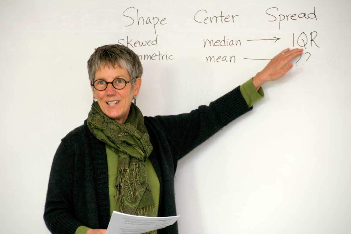 Math+professor+Myra+Snell+teaches+her+Math+27%3B+Algebra+for+Statistics+class.+Photo+by+Cathie+Lawrence.