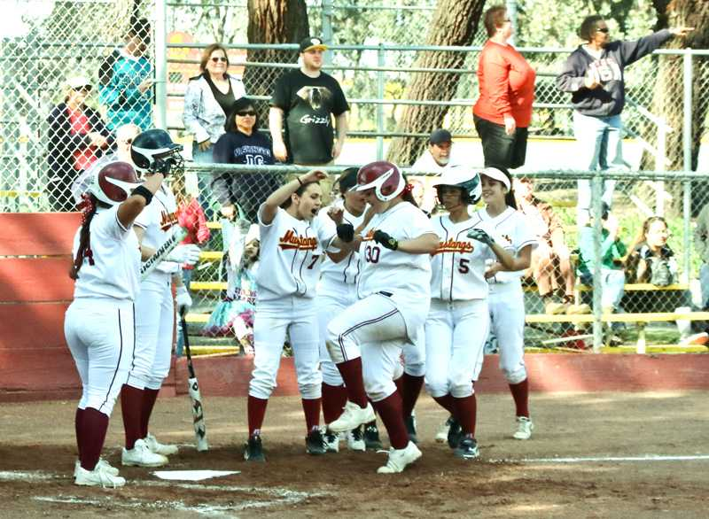 Wom-Softball-Redwood-02-28-15-Cathie-Lawrence_0073