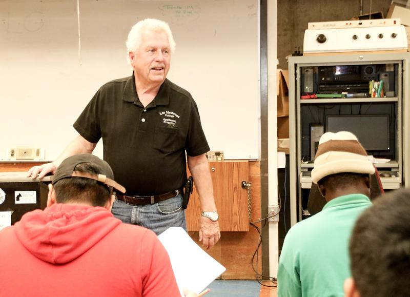 Appliance+Service+Technology+instructor+Leonard+Price+lectures+a+group+of+his+students.