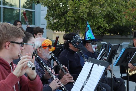 Concert band class holds impromptu performance